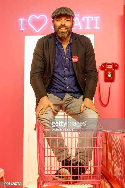 February 2020, Berlin: Torsten Künstler, founder of the Selfie Museum The WOW! Gallery, sits in a late afternoon setting in his museum. 25...