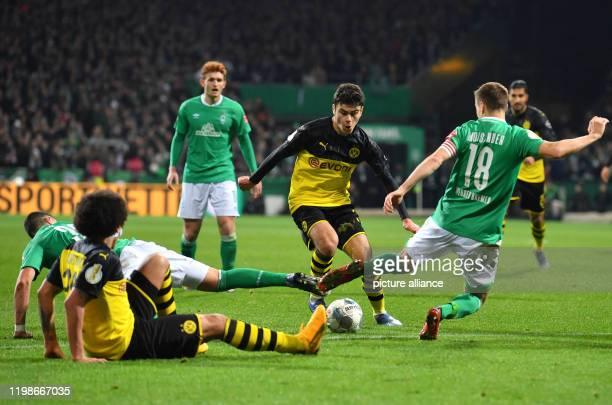 Football Werder Bremen Borussia Dortmund Round of 16 Dortmund's Giovanni Reyna against Werder's Niklas Moisander Photo David Hecker/dpa IMPORTANT...