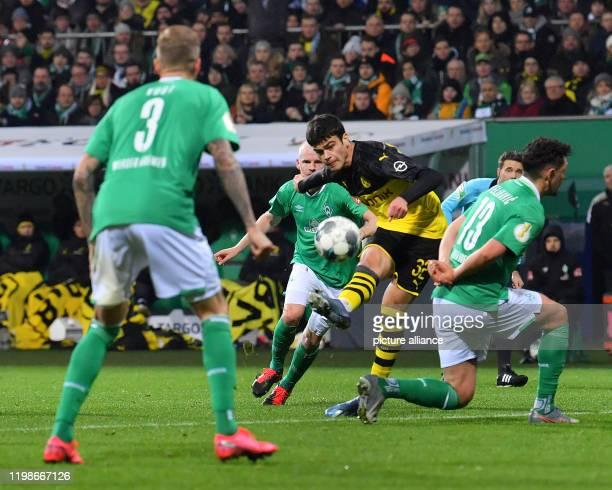 Football Werder Bremen Borussia Dortmund Round of 16 Dortmund's Giovanni Reyna against Werder's Kevin Vogt and Milos Veljkovic Photo David Hecker/dpa...