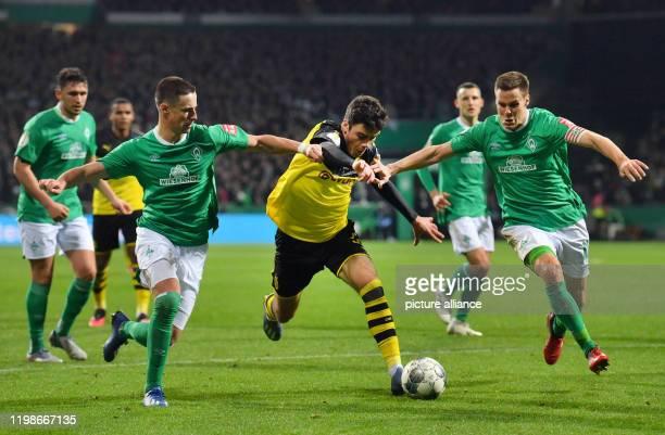 Football Werder Bremen Borussia Dortmund Round of 16 Dortmund's Giovanni Reyna against Werder's Marco Friedl and Niklas Moisander Photo David...