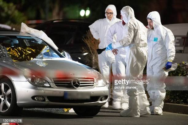 Forensics is working on a Mercedes at a crime scene in HanauKesselstadt Several people have been killed by gunshots in Hanau Hesse Photo Boris...
