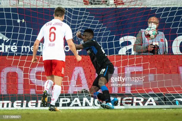 February 2021, Bavaria, Regensburg: Football: 2. Bundesliga, Jahn Regensburg - SC Paderborn 07, Matchday 23 at Jahnstadion. Jamilu Collins of...