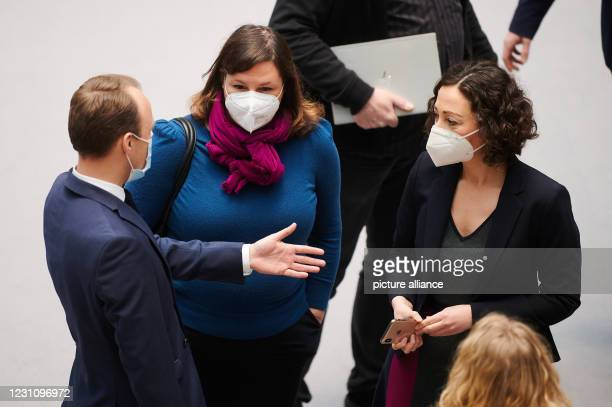 February 2021, Berlin: Sebastian Czaja , Member of Parliament, Antje Kapek and Ramona Pop , Senator for Economics talk with breathing protection...