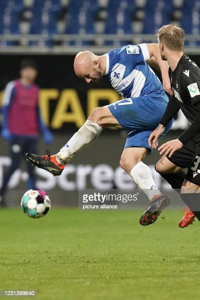 February 2021, Hessen, Darmstadt: Football: 2nd Bundesliga, Darmstadt 98 - Karlsruher SC, Matchday 23 at Merck Stadium. Karlsruhe striker Philipp...