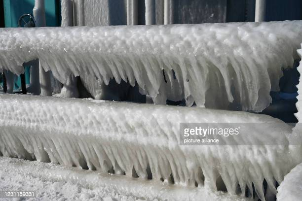 February 2021, Mecklenburg-Western Pomerania, Zinnowitz: The pier in Zinnowitz on the island of Usedom is covered with ice and icicles. The cold...