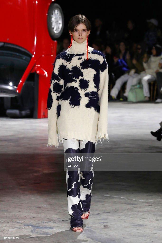 Off-White : Runway - Paris Fashion Week Womenswear Fall/Winter 2020/2021 : ニュース写真