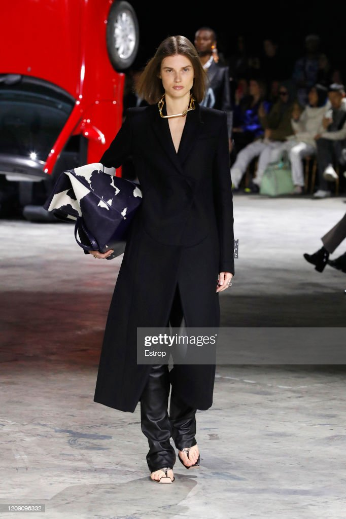 Off-White : Runway - Paris Fashion Week Womenswear Fall/Winter 2020/2021 : Nachrichtenfoto