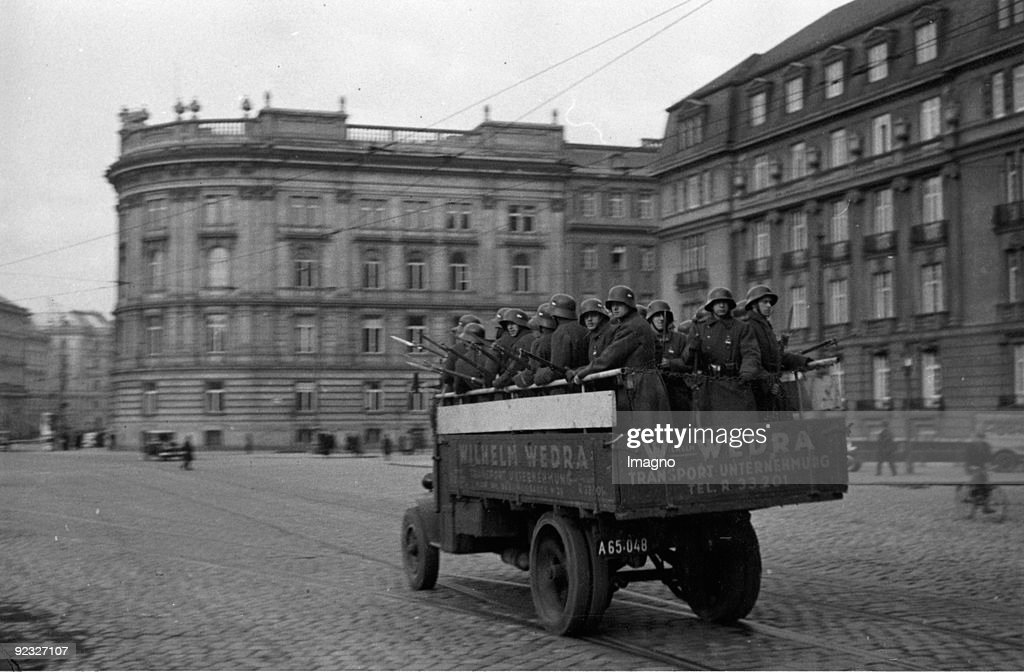 February rebellion: Even private cars were used to bring the soldiers to the battle line. Austria, Vienna. Photograph around 1934. : Nachrichtenfoto