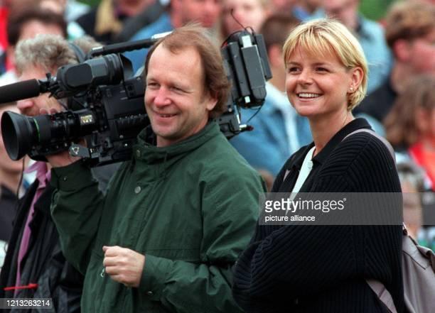 Fecht-Olympiasiegerin Anja Fichtel-Mauritz ist am 6.7.1997 beim Training des VfB Stuttgarts nicht vor, sondern hinter der Fernsehkamera zu sehen. Die...