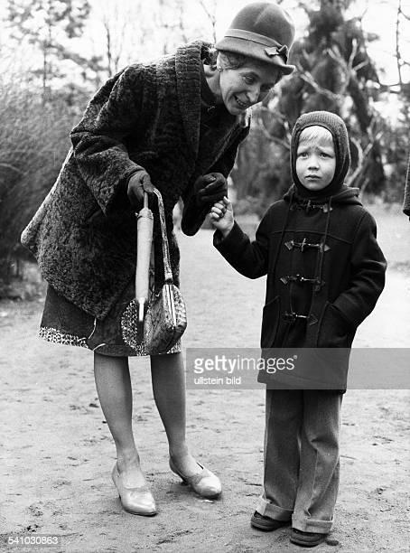 Feddersen Helga *Schauspielerin D bei Dreharbeiten mit Enkel Markuszu 'Abramakabra' 1974