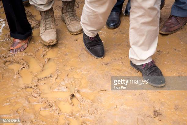 Federal Foreign Minister Sigmar Gabriel, SPD, visits the refugee camp Hilac. People run over muddy ground on May 01, 2017 in Baidoa, Somalia.