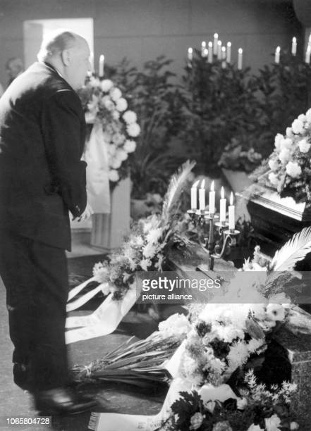 Federal minister for allGerman issues Ernst Lemmer at a commemoration at the coffin of the deceased Ida Siekmann in Berlin Wedding on 29th August...