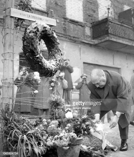 Federal minister for allGerman issues Ernst Lemmer laying down a wreath for the deceased Ida Siekmann in Berlin Wedding on 29th August 1961 Siekmann...