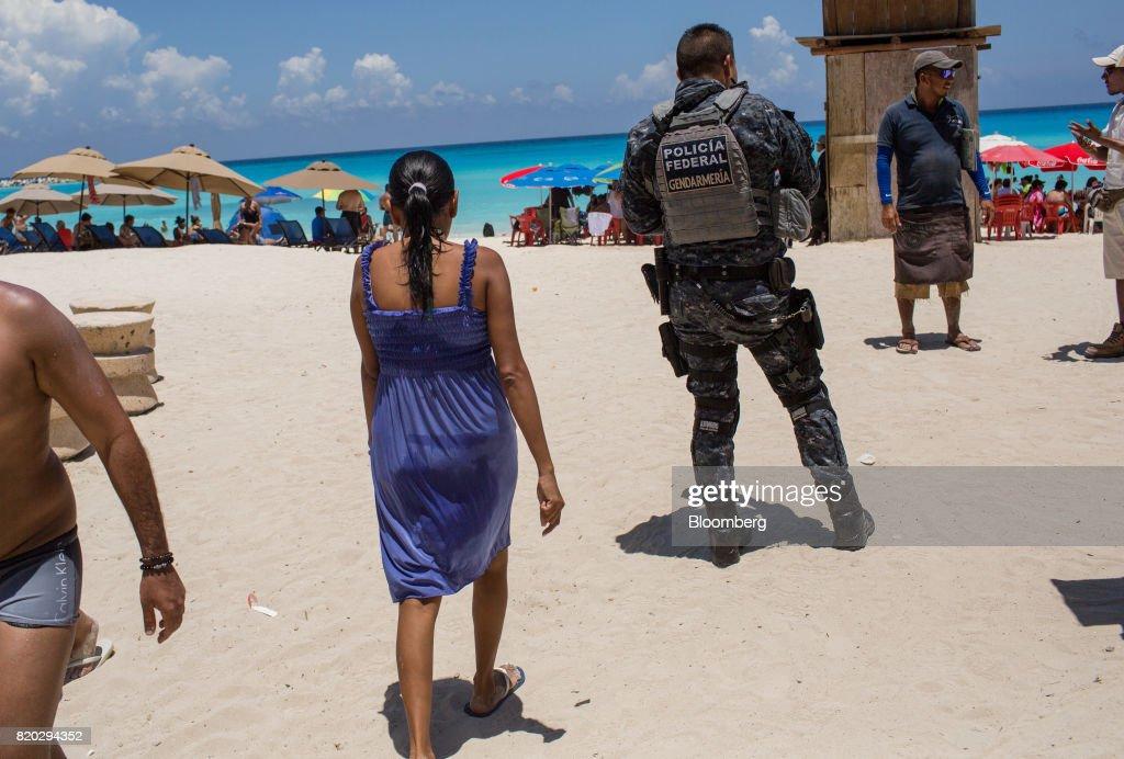 Narcos Take Their War Into Hot Beach Resorts : News Photo
