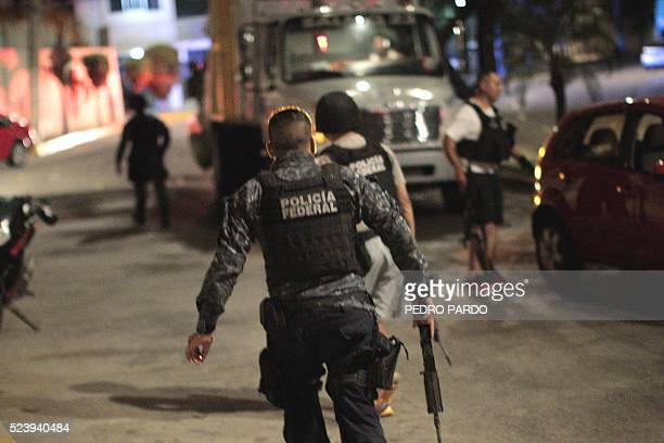Federal police officers secure a tourist area after gunmen attacked a hotel where federal police stay in Acapulco on April 24 2016 / AFP / Pedro Pardo