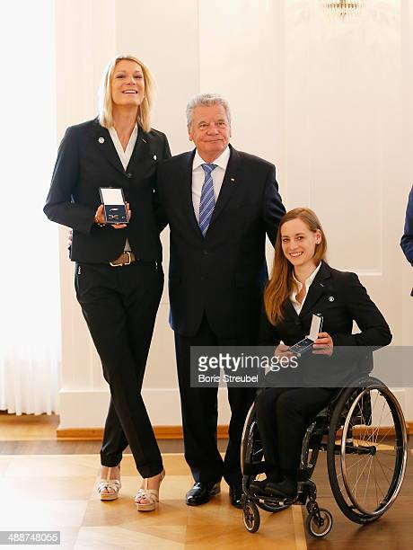 Federal President Joachim Gauck poses with Germany's Ski Alpine medalists Maria HoeflRiesch and Anna Schaffelhuber during the Silbernes Lorbeerblatt...
