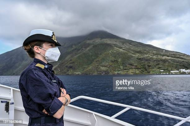 Federica Lo Re, a medical officer of the Italian Navy, travels to Stromboli by hydrofoil to direct vaccinations to residents on the island, as the...