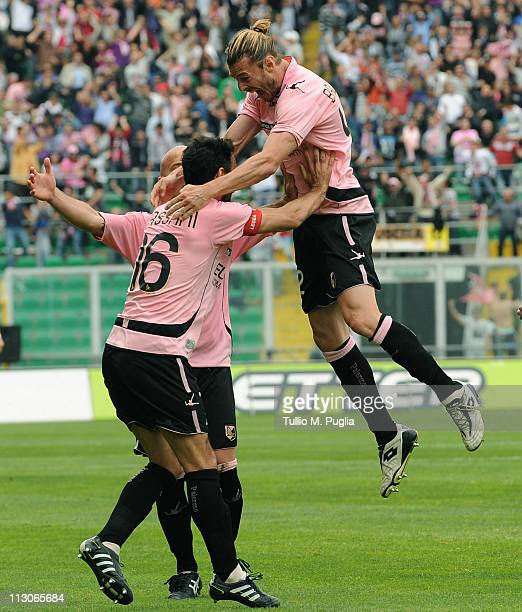 Federico Balzaretti of Palermo celebrates with mates after scoring the equalizing goal during the Serie A match between US Citta di Palermo and SSC...