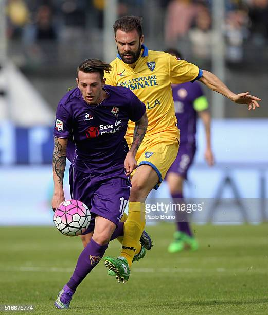 Federico Bernardeschi of ACF Fiorentina competes for the ball with Paolo Sammarco of Frosinone Calcio during the Serie A match between Frosinone...