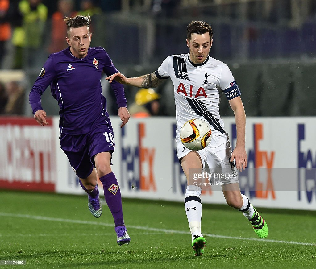 Federico Bernardeschi of Fiorentina and Ryan Mason of Tottenham Hotspur in action during the UEFA Europa League Round of 32 first leg match between Fiorentina and Tottenham Hotspur at Stadio Artemio Franchi on February 18, 2016 in Florence, Italy.