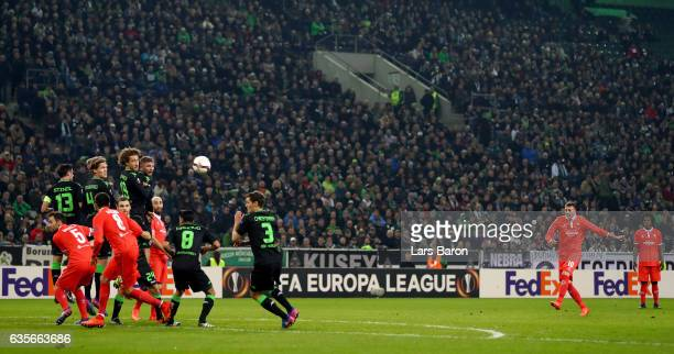 Federico Bernardeschi of Fiorentina scores his teams first goal during the UEFA Europa League Round of 32 first leg match between Borussia...