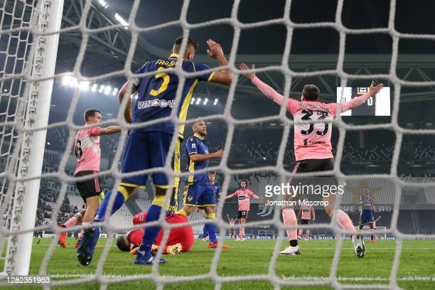 Federico Bernardeschi of juventus appeals for a penalty following contact in the area with Davide Faraoni of Hellas Verona during the Serie A match...