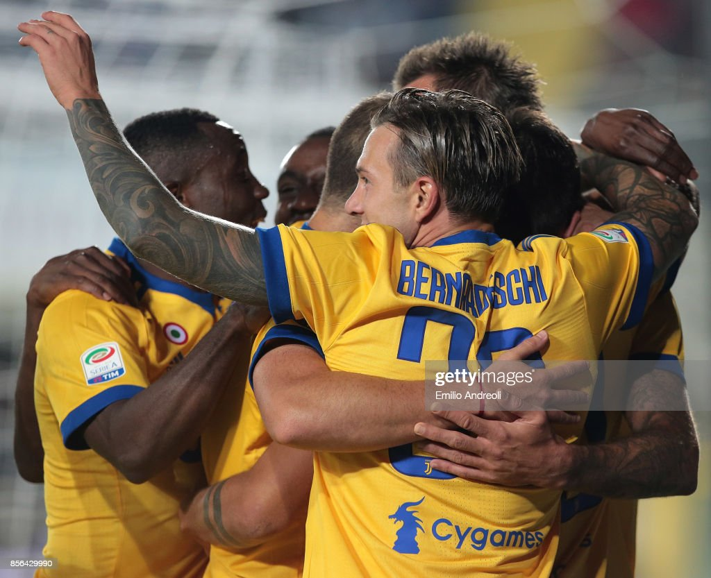 Federico Bernardeschi (C) of Juventus FC celebrates with his team-mates after scoring the opening goal during the Serie A match between Atalanta BC and Juventus at Stadio Atleti Azzurri d'Italia on October 1, 2017 in Bergamo, Italy.