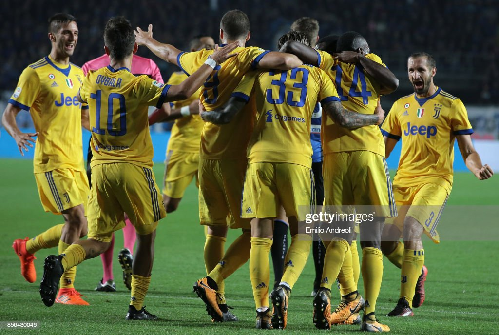 Federico Bernardeschi of Juventus FC (C) celebrates with his team-mates after scoring the opening goal during the Serie A match between Atalanta BC and Juventus at Stadio Atleti Azzurri d'Italia on October 1, 2017 in Bergamo, Italy.