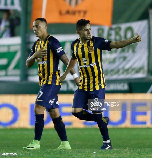 Federico Carrizo of Rosario Central celebrates with teammates after scoring the first goal of his team during a match between Banfield and Rosario...