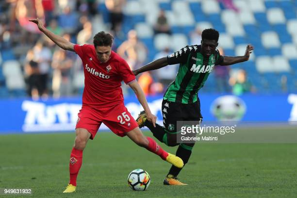 Federico Chiesa of ACF Fiorentina battles for the ball with Alfred Duncan of US Sassuolo during the serie A match between US Sassuolo and ACF...