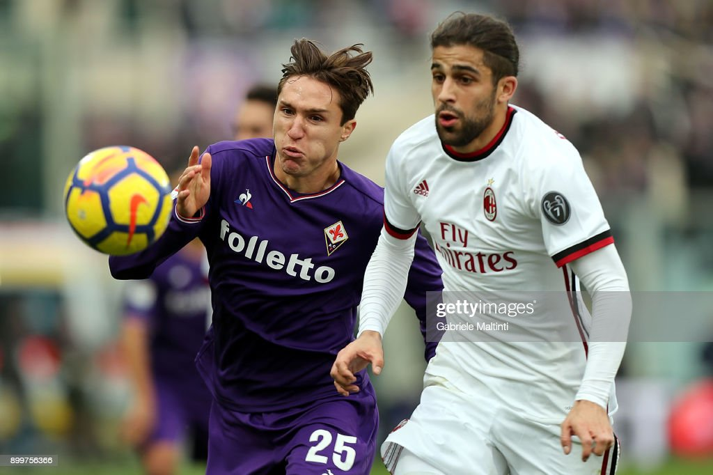Federico Chiesa of ACF Fiorentina fights for the ball with Ricardo Rodriguez of AC Milan during the serie A match between ACF Fiorentina and AC Milan at Stadio Artemio Franchi on December 30, 2017 in Florence, Italy.
