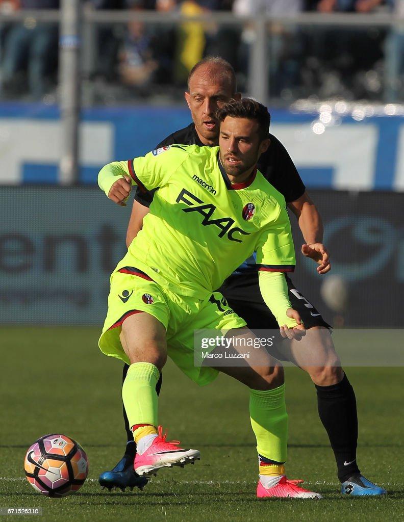 Federico di Francesco of Bologna FC competes for the ball with Andrea Masiello (back) of Atalanta BC during the Serie A match between Atalanta BC and Bologna FC at Stadio Atleti Azzurri d'Italia on April 22, 2017 in Bergamo, Italy.