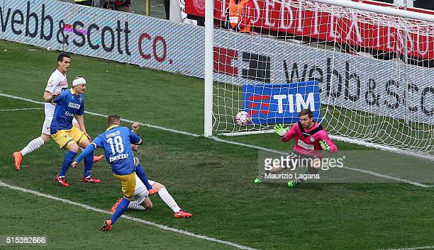 Federico Dionisi of Frosinone scores the equalizing goal during the Serie A match between Carpi FC and Frosinone Calcio at Alberto Braglia Stadium on...