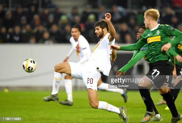 Federico Fazio of AS Roma scores his team's first goal during the UEFA Europa League group J match between Borussia Moenchengladbach and AS Roma at...