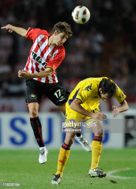 Federico Fernandez of Estudiantes struggles for the ball with Roberto Nanni of Cerro Porteno during a match as part of the Santander Libertadores Cup...