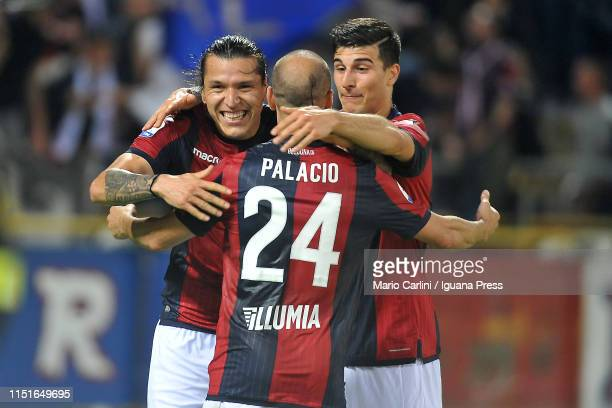 Federico Santander of Bologna FC celebrates after scoring the opening goal during the Serie A match between Bologna FC and SSC Napoli at Stadio...
