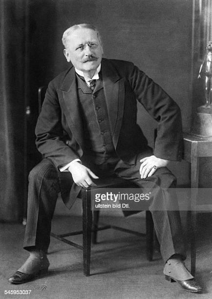 Fedor von Zobeltitz *05101857Schriftsteller Dsitzt auf einem Stuhl 1913Foto Rudolph Duehrkoop