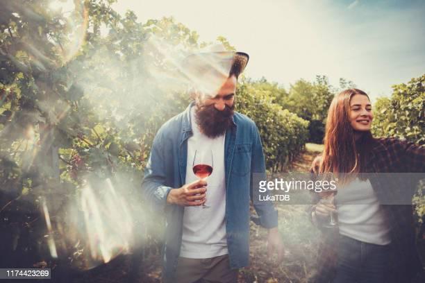 太陽を感じ、ワインを味わい、笑顔 - ワイナリー ストックフォトと画像