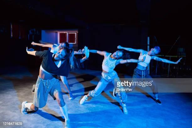 spüren sie die stimmung und bewegen sie ihren körper - tanztruppe stock-fotos und bilder