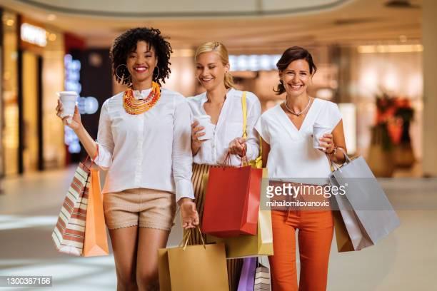 fühlen sie sich erstaunlich nach dieser shopping-jagd - mihailomilovanovic stock-fotos und bilder