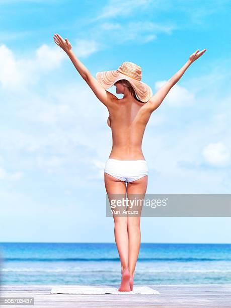 feeling the sun - ontbloot bovenlichaam stockfoto's en -beelden