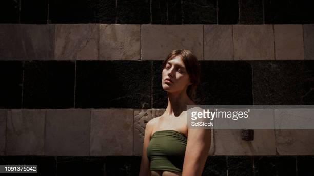 feeling the warmth of the sun on her skin - modella per artisti foto e immagini stock