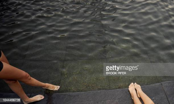 feet at city park water fountain - low section stock pictures, royalty-free photos & images