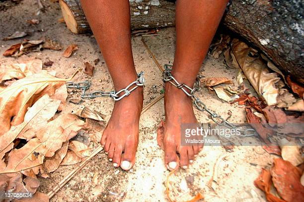 feet in chains - sklavin stock-fotos und bilder