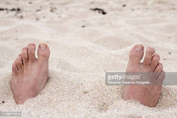 feet in the sand - enterrar imagens e fotografias de stock