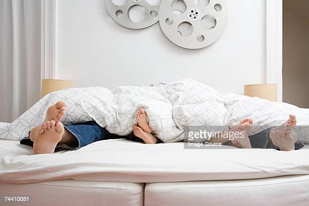 da família pés na cama - cama de casal - fotografias e filmes do acervo