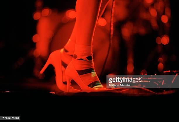 feet of p.j. harvey in concert - celebrity feet stock pictures, royalty-free photos & images