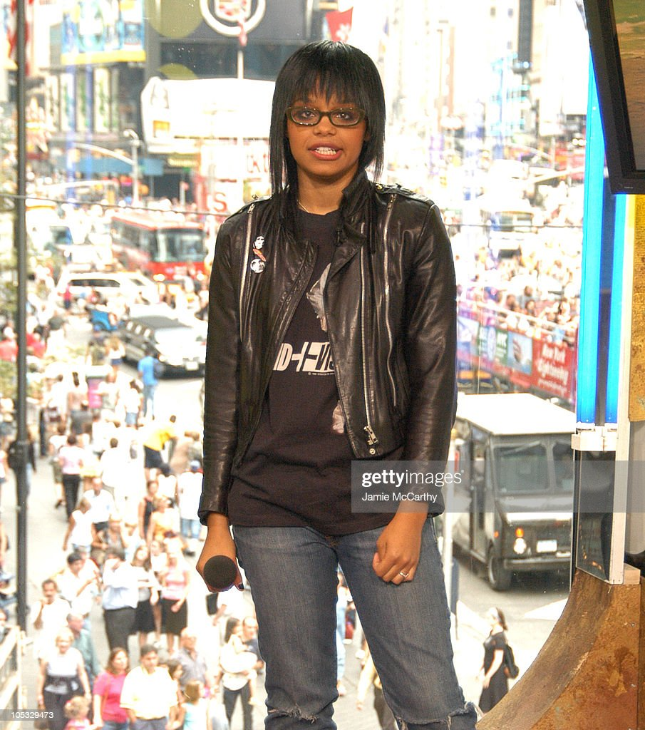"Fefe Dobson Visits MTV's ""TRL"" - August 4, 2004"