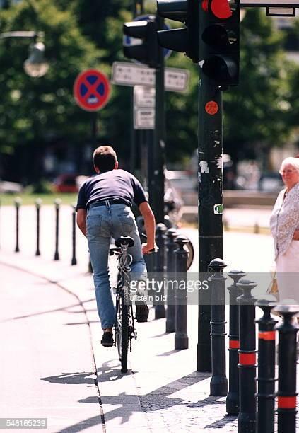 Fehlverhalten im Straßenverkehr ein Fahrradfahrer mißachtet eine rote Ampel 1995