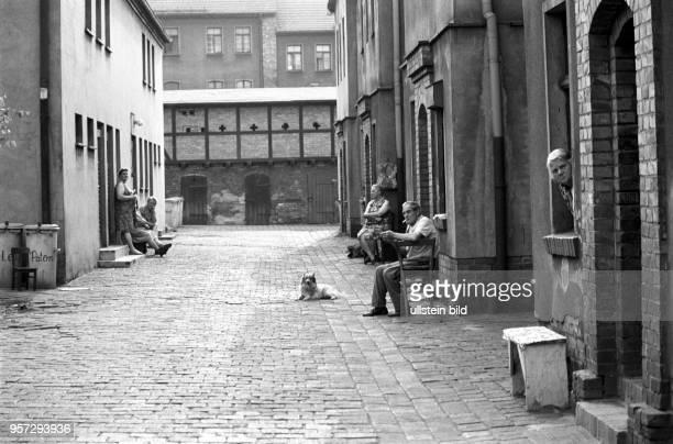 Feierabendstimmung in der Wohnsiedlung der Kupferhütte Helbra aufgenommen im Sommer 1978 Die älteren Frauen und der Mann mit Zigarette müssen nicht...